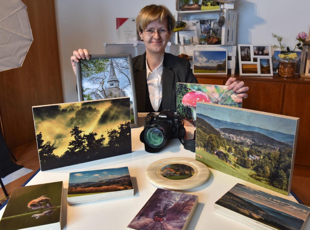 Fotodesignerin Simone Rein mit einer Auswahl ihrer Fotografien